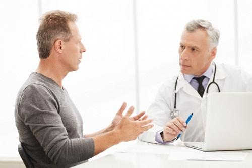 Khi phát hiện dấu hiệu của hẹp bao quy đầu, nam giới cần đi thăm khám và điều trị sớm